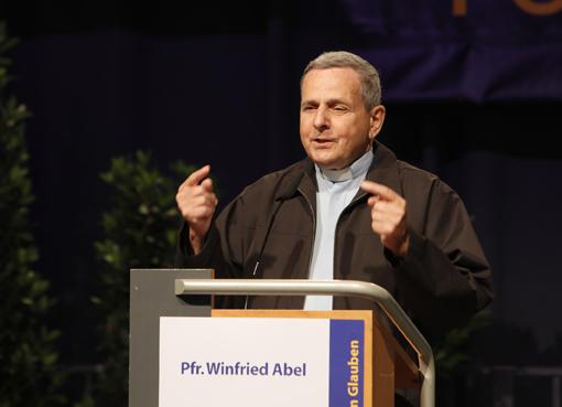 Pfarrer Winfried Abel haelt einen Vortrag auf dem Kongress Freude am Glauben